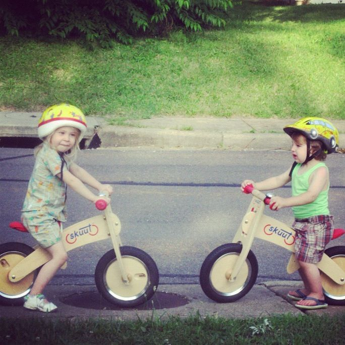 little girl and boy balance bike skuut instagram